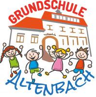 """Logo der Grundschule Altenbach. Bunte Zeichnung mit rotem Schriftzug """"Grundschule"""" oben und blauem Schriftzug """"Altenbach"""" am unteren Bildrand. Im Hintergrund ein großes Schulgebäude und im Vordergrund hüpfende Kinder."""