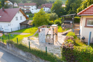 Überblick über den Spielplatz am Dorfgemeinschaftshaus Ursenbach