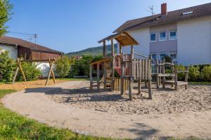 Überblick über den Spielplatz in der Sankt-Wolfgang-Straße