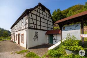 Gebäude des Besucherbergwerks Grube Anna Elisabeth mit Hinweisschild