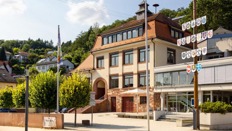 Die Altenbacher Grundschule befindet sich neben der Mehrzweckhalle. Vor den Gebäuden befindet sich ein großer Platz.